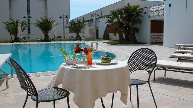 Lunch bij het zwembad Grand Hotel la Chiusa di Chietri