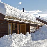 Huisje met veel sneeuw