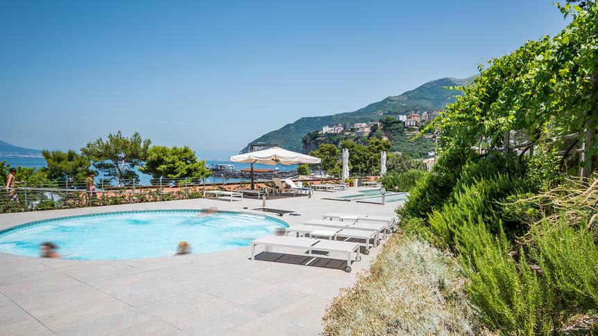 Zwembad bij wellness met zeezicht Hotel & Resort Le Axidie