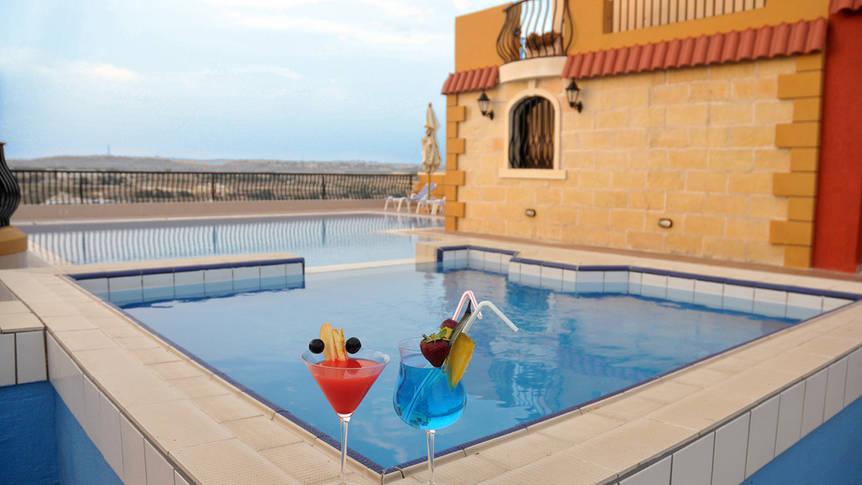Buitenzwembad op het dakterras Soreda Hotel