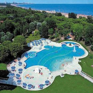 Zwembad en strand camping Pino Mare