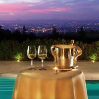 zwembad met glazen champagne