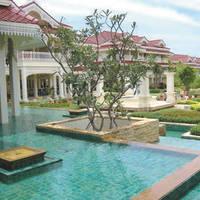 Zwembad en hotel