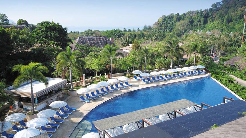 Zwembad met ligstoelen Pakasai Resort