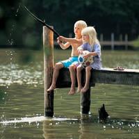 Kinderen vissend op een steiger