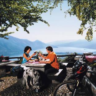 Toasten op het terras Lago Maggiore
