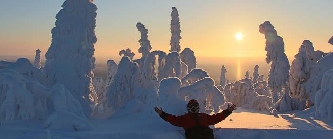 Winterwonderlandschap met ondergaande zon