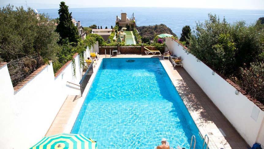 Buitenzwembad op het dakterras Hotel Ipanema