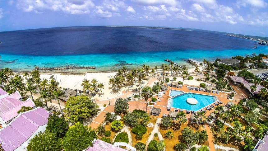 Bovenaanzicht Plaza Beach & Dive Resort