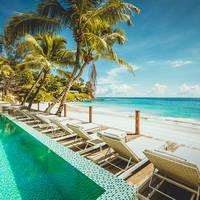 Zwembad en strand