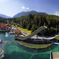 Zwembad en glijbanen