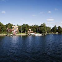 Meer met boot en huisjes