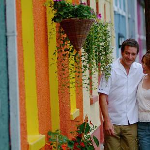 Kinsale - stel bij gekleurde huisjes